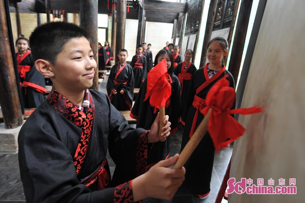 <br/>  毕业生在青岛市崂山书院举行的&ldquo;成童礼&rdquo;仪式上&ldquo;击鼓明志&rdquo;。<br/>