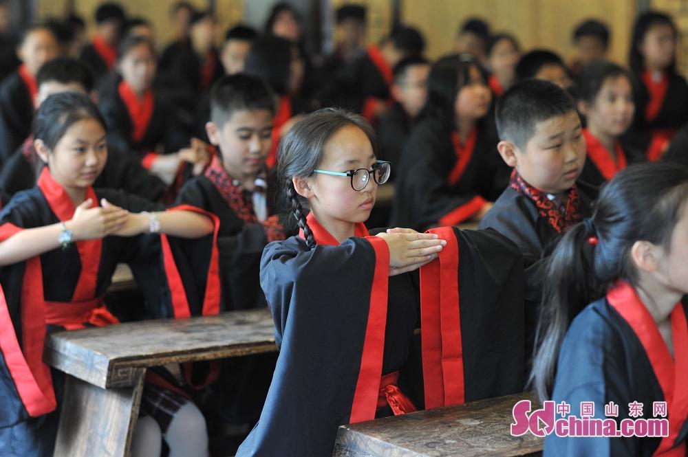 <br/>  毕业生在青岛市崂山书院举行的&ldquo;成童礼&rdquo;活动上学习礼仪。<br/>