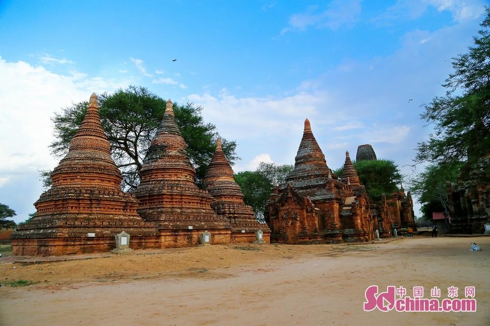 蒲甘位于缅甸中部,紧贴在缅甸第一大江伊洛瓦底江的右旁,是亚洲三大佛教遗迹之一,曾经的448.6万多座佛塔和寺院赐予了这里&ldquo;万塔之城&rdquo;的美誉。<br/>