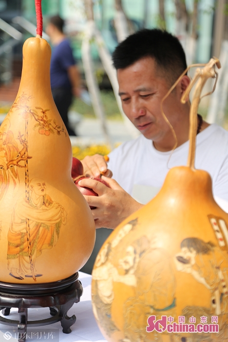 An artist carves on gourd during the International Horticultural Exhibition in Beijing, capital of China on June 20, 2019. The &ldquo;Shandong Day&rdquo; event kicked off on Thursday.<br/>