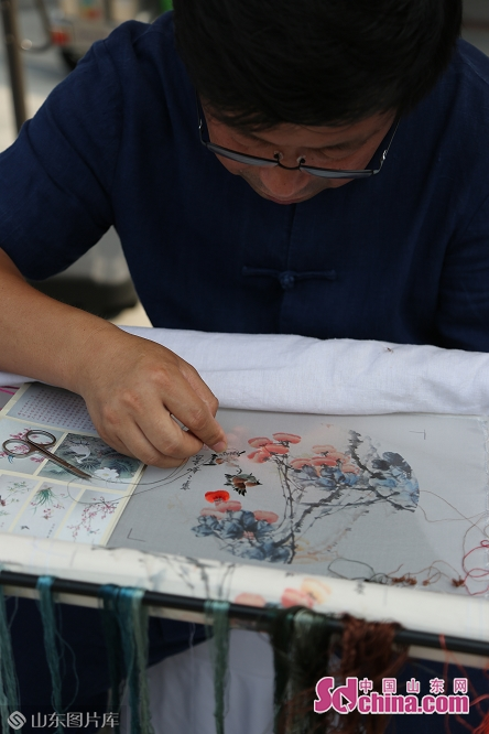 An artist makes Lu embroidery during the International Horticultural Exhibition in Beijing, capital of China on June 20, 2019. The &ldquo;Shandong Day&rdquo; event kicked off on Thursday.<br/>