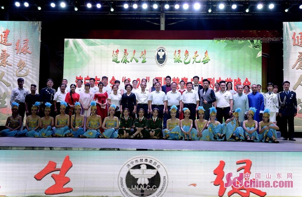 <br/>  6月26日晚,济宁市纪念&ldquo;6&bull;26&rdquo;国际禁毒日大型文艺晚会在文化广场举办。<br/>