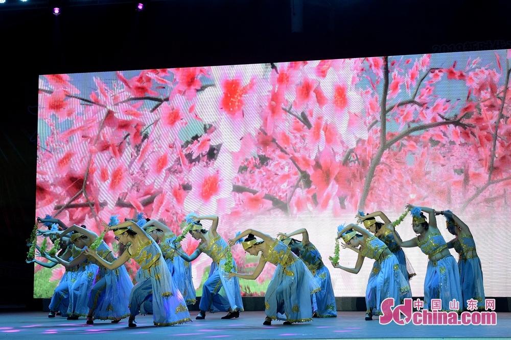 <br/>  舞蹈《丰收时节》表达了人民丰收的喜悦和对美好生活的向往;歌曲《禁毒是阳光的爱》展现了济宁禁毒人对禁毒事业的无比热爱和坚定决心。<br/>