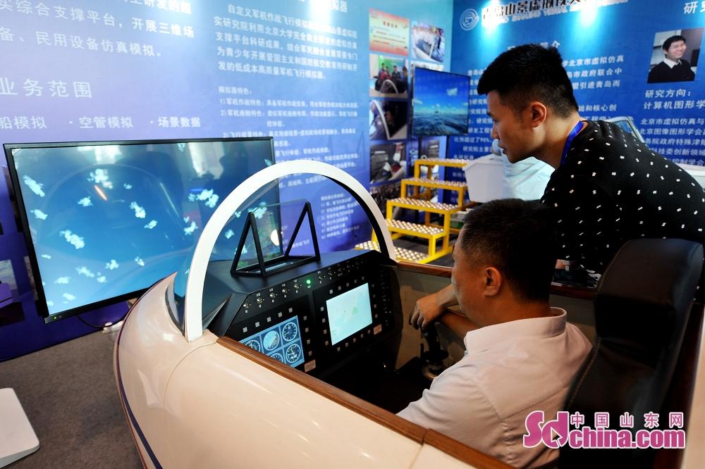 <br/>  6月27日,游客在2019国际虚拟现实创新大会上体验作战飞行模拟器。<br/>