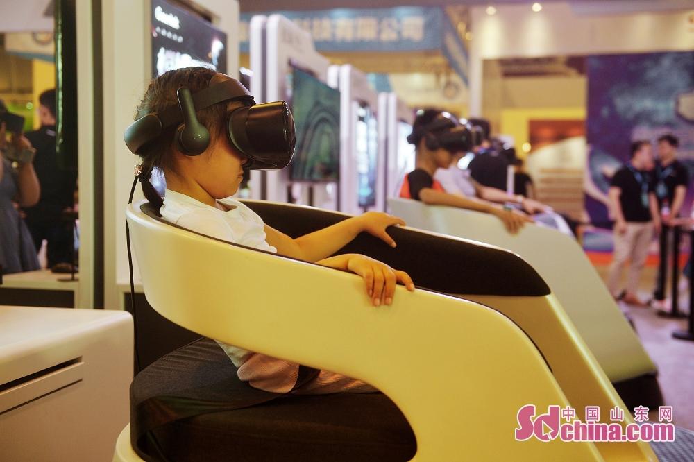 <br/>  6月27日,小朋友在2019国际虚拟现实创新大会上体验航空VR影像。<br/>