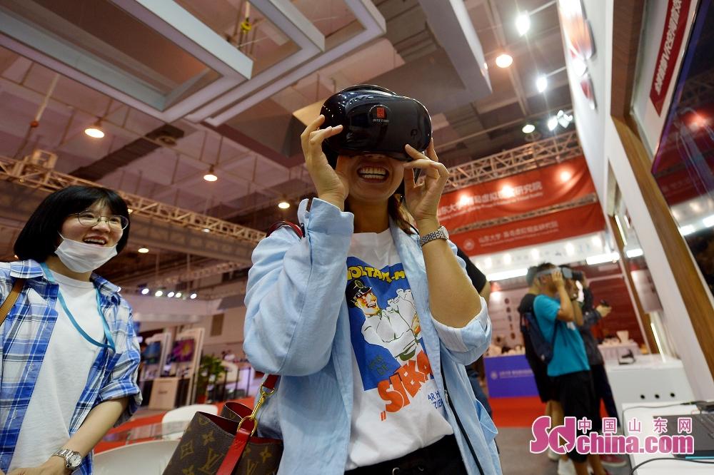 <br/>  6月27日,游客在2019国际虚拟现实创新大会华为展厅体验VR空间音效MV。<br/>