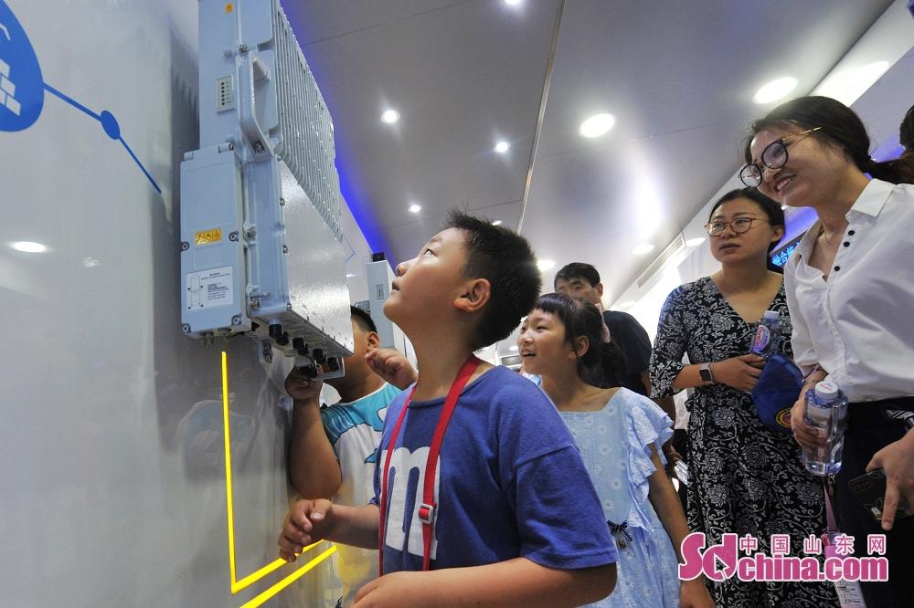 <br/>  6月27日,小朋友在2019国际虚拟现实创新大会中兴展厅参观5G基站。