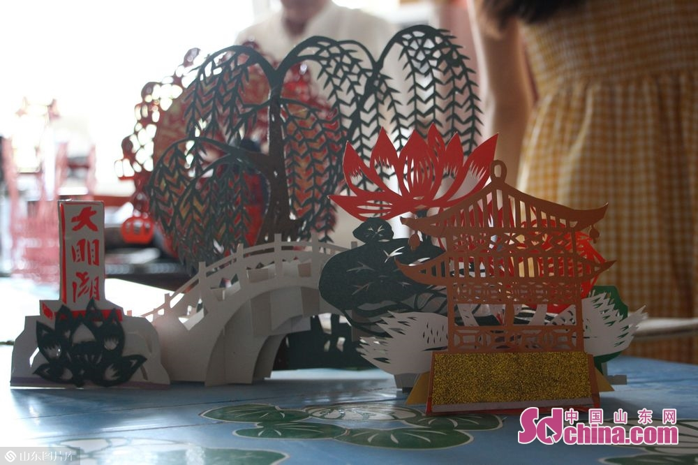 Photo taken on June 3 shows a three-dimensional paper-cut work. Paper-cut, with a history of more than 1,500 years, is one of the most popular traditional folk art forms in China. Recently, ten students from Africa were invited by Touch Shandong column to explore the charm of paper-cutting in Jinan, east China's Shandong province.<br/>