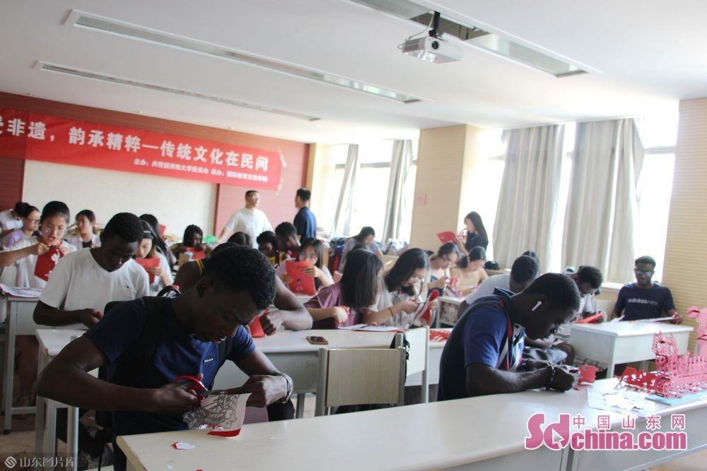 참여하는 외국인 친구 모두 적극적인 작업에 투입한다.<br/>