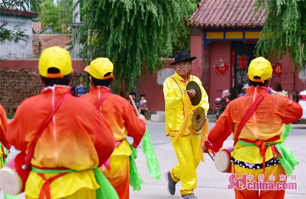 <br/>  6月5日,在汶上县次邱镇孙口村文化广场上,一群老年人载歌载舞的表演,吸引了周边村民的围观。