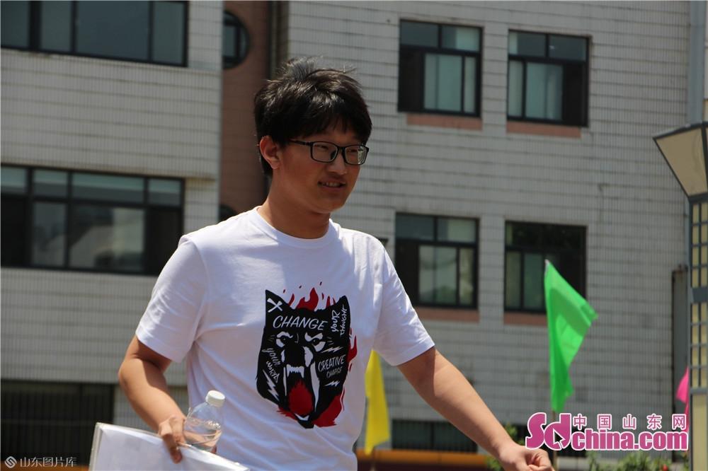 <br/>  6月7日上午11时30分,济宁育才中学考点的考生们陆续走出考场,表情轻松。