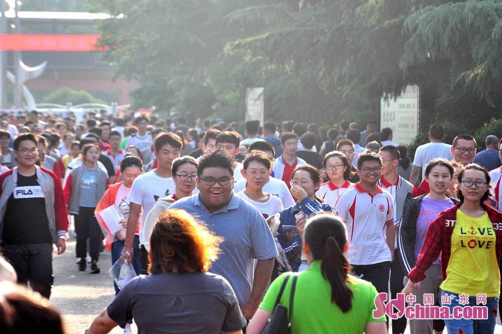 <br/>  一位考生快步跑向前来迎接的家长。<br/>