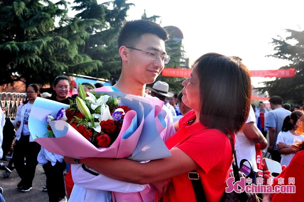 <br/>  考点外一位考生与家长深情拥抱。<br/>