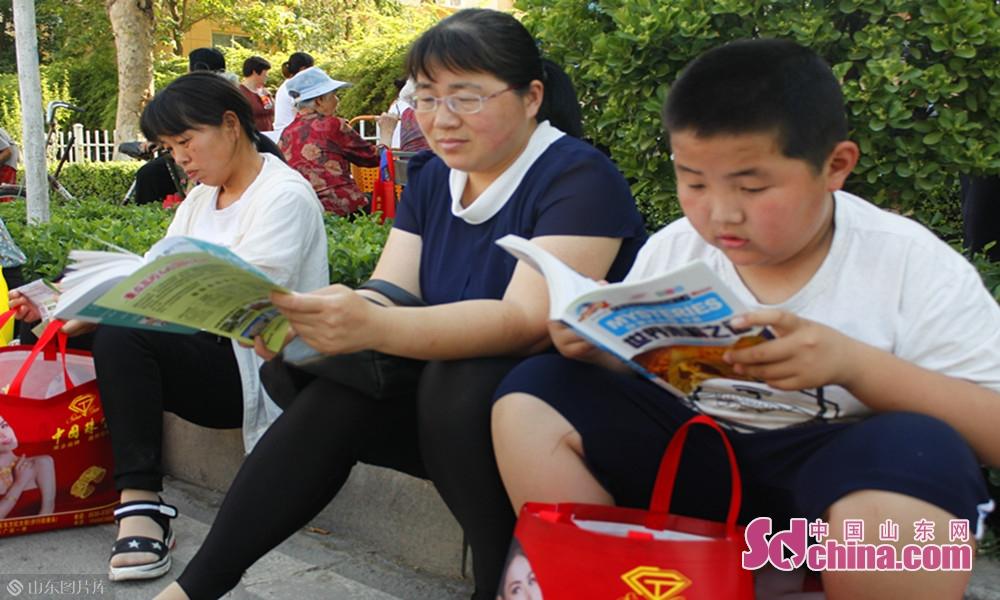 等待在考场外的学生家长