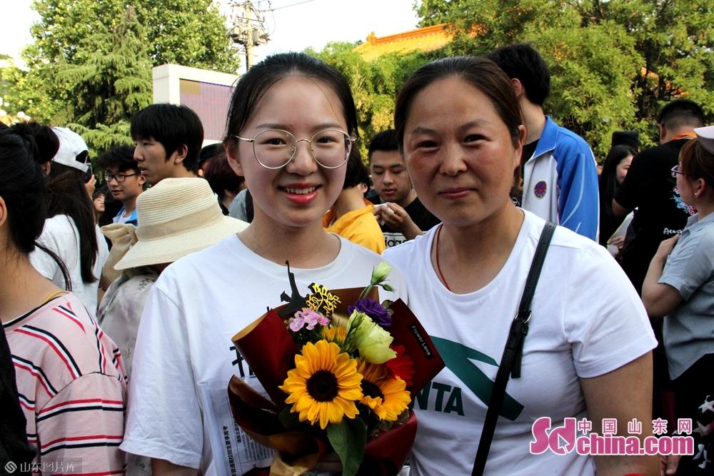 <br/>  陈女士提前为女儿准备了鲜花,庆祝孩子完成人生中的第一次大考。女儿出考场后看到妈妈拿着花在等自己十分激动。<br/>