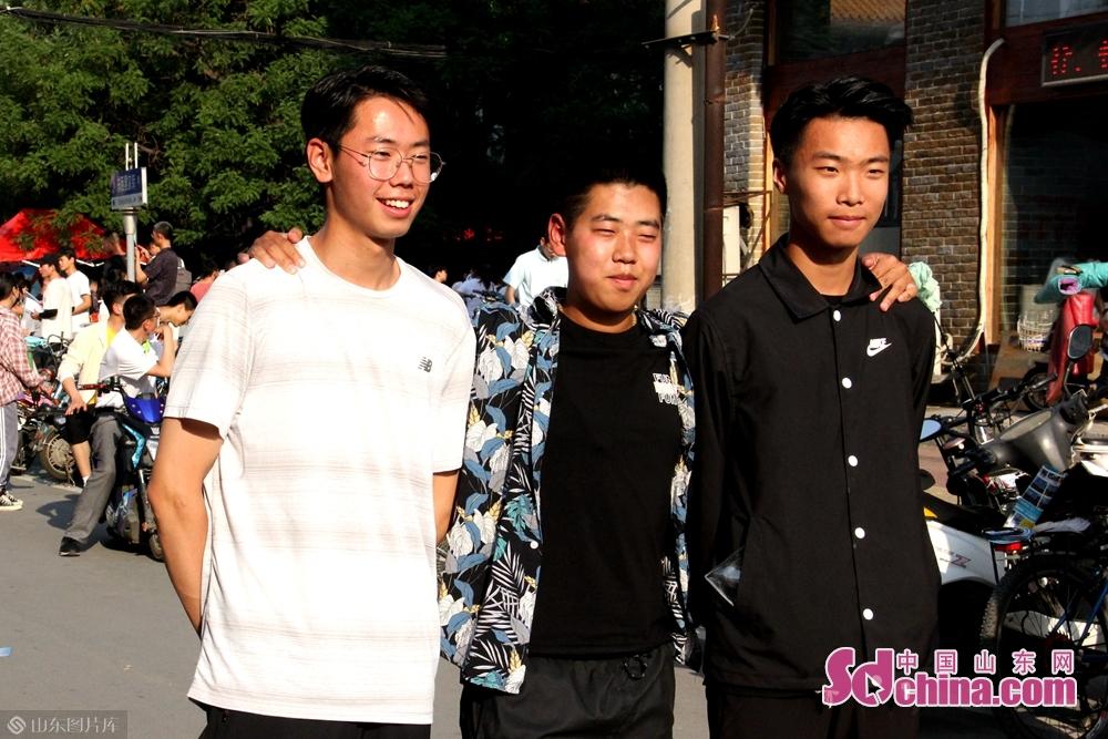 <br/>  高考已落幕,青春不散场。好兄弟永远在一起!