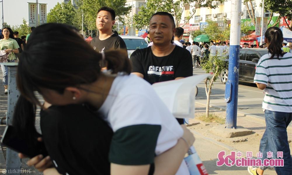 考试结束后父母送上暖心的拥抱