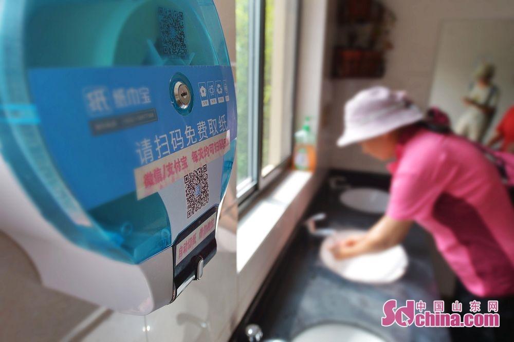 <br/>  7月12日,这是山东省青岛市市北区北岭山森林公园公共卫生间安装的智能出纸机。<br/>