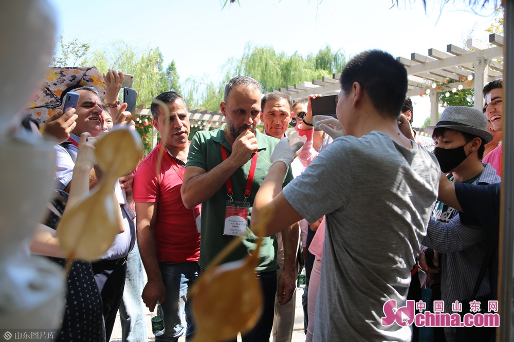 They first arrived at Baihua Pool, where the making of sugar figurine attracted their attention.<br/>