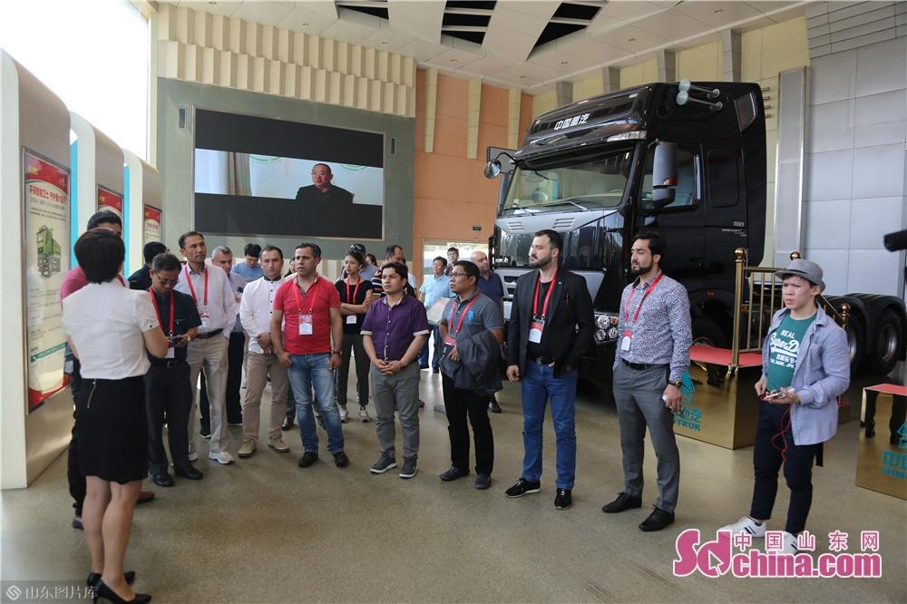 7月1日、「世界に山東の物語を語ってー欧州・アジア国家報道官と記者が山東への旅」取材活動は中国重汽工業パークを訪問した。<br/>
