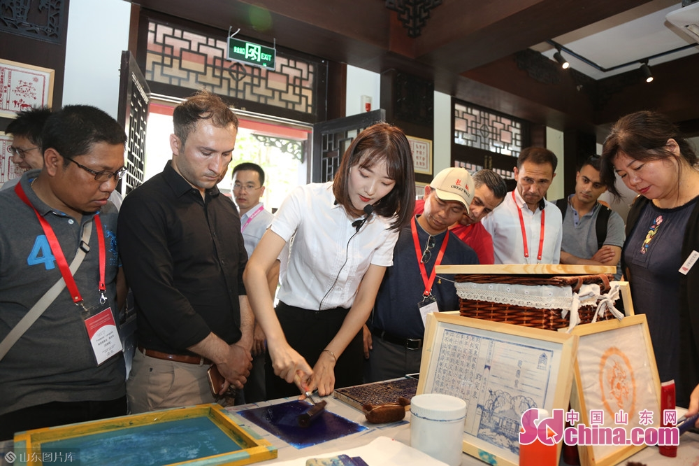 In Quanshui Study, the delegation watched the spring water theme woodblock printing, visited the Confucian six arts rubbing experience space, and experienced woodblock printing to feel the ingenuity of the ancients and learn about the evolution of culture in Jinan.<br/>