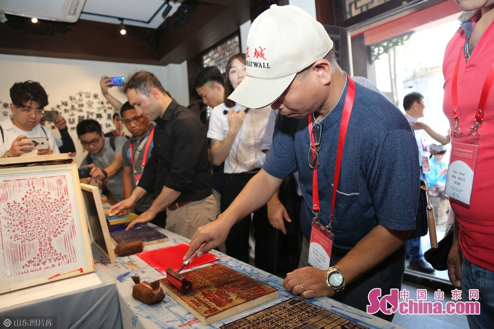 In Quanshui Study, the delegation watched the spring water theme woodblock printing, visited the Confucian six arts rubbing experience space, and experienced woodblock printing to feel the ingenuity of the ancients and learn about the evolution of culture in Jinan.