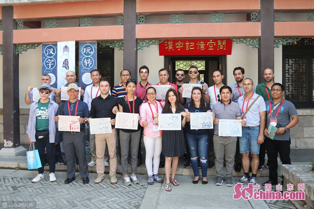 Members of the delegation pose for a group photo in front of Quanshui Study.<br/>