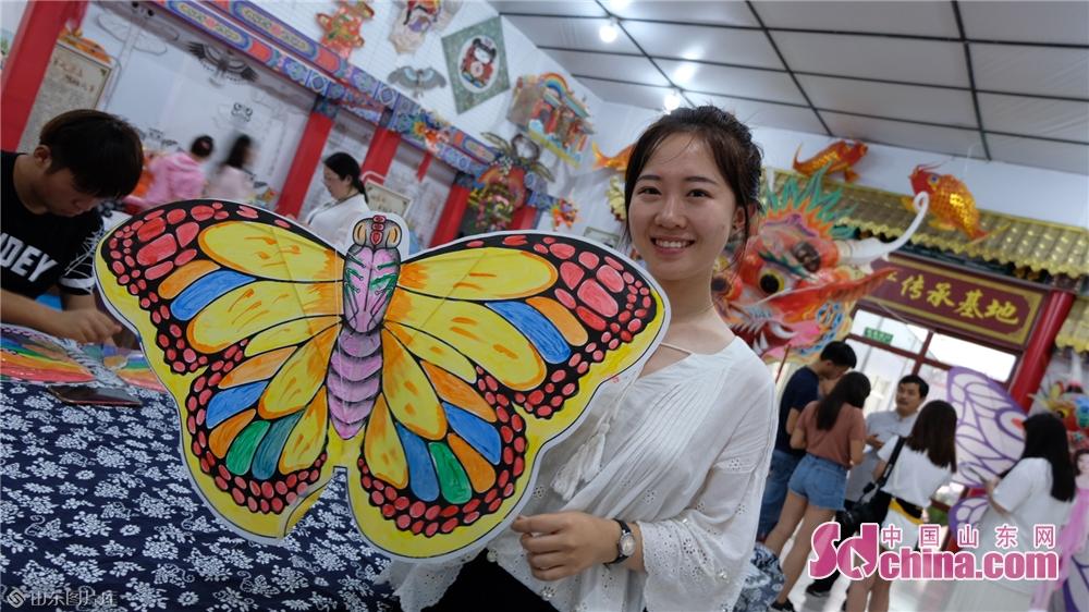 <br/>  &ldquo;我第一次见到这么多种类的具有中国特色的风筝!&rdquo;龙头蜈蚣、软硬翅蝴蝶、七星、八卦、鱼鸟、昆虫以及各式各样的传说人物&hellip;&hellip;在杨家埠风筝博物馆,琳琅满目的风筝展品让学子们目不暇接,咔嚓、咔嚓手机拍个不停。<br/>