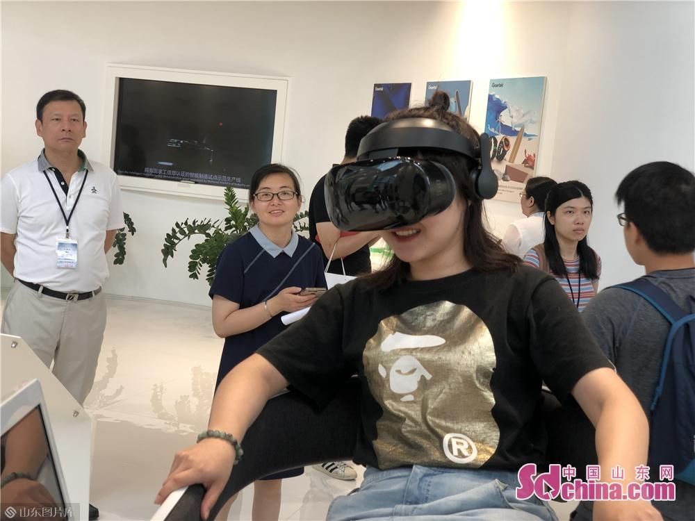 <br/>  在歌尔智能生活馆,VR影院、智能耳机、智能音响、智能手环、无人机等智能设备吸引了同学们的注意力,纷纷观赏、试戴、体验。<br/>