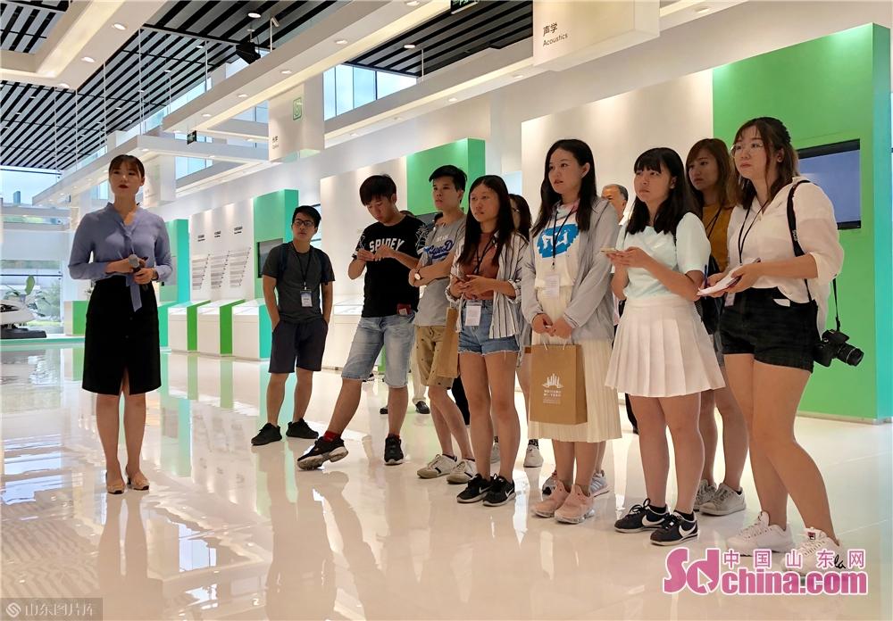 <br/>  随后,参访团来到潍坊歌尔股份有限公司,参观了解歌尔的虚拟现实、智能可穿戴、智能耳机等智能硬件的技术和产品魅力。<br/>