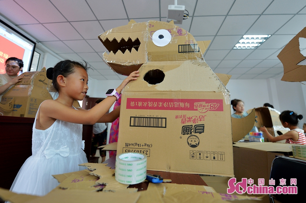 ダンボールで恐竜おもちゃを作る。<br/>