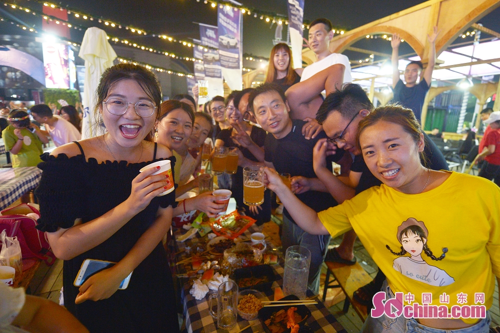 Visitors enjoy themselves in Laoshan District in Qingdao, east China's Shandong Province, July 26, 2019. The 29th Qingdao International Beer Festival kicked off here on Friday.<br/>