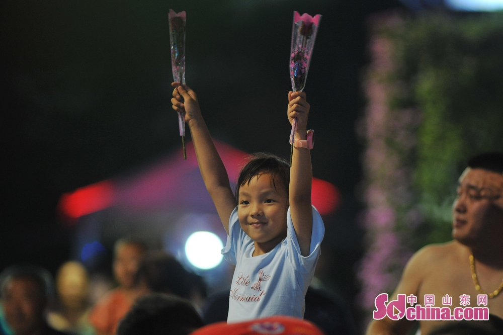 A child enjoys himself in Laoshan District in Qingdao, east China's Shandong Province, July 26, 2019. The 29th Qingdao International Beer Festival kicked off here on Friday.<br/>