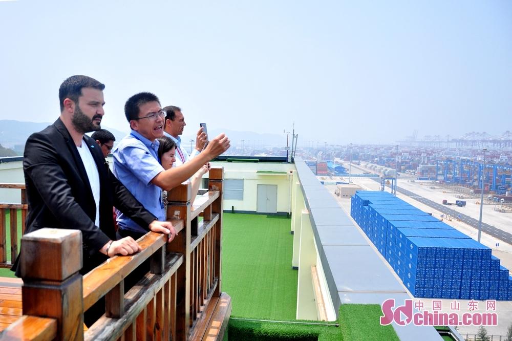 <br/>  外国记者都为青岛港的自动化程度所震撼,纷纷拿出手机拍照留念。