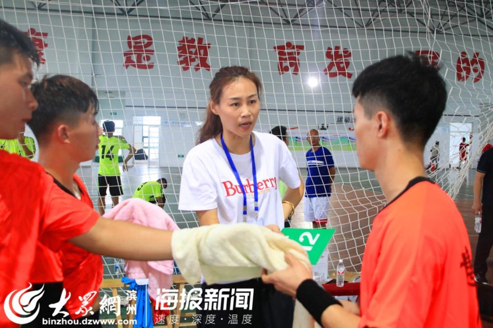 <br/>  场下,博兴代表队手球队教练给队员指导战术。<br/>