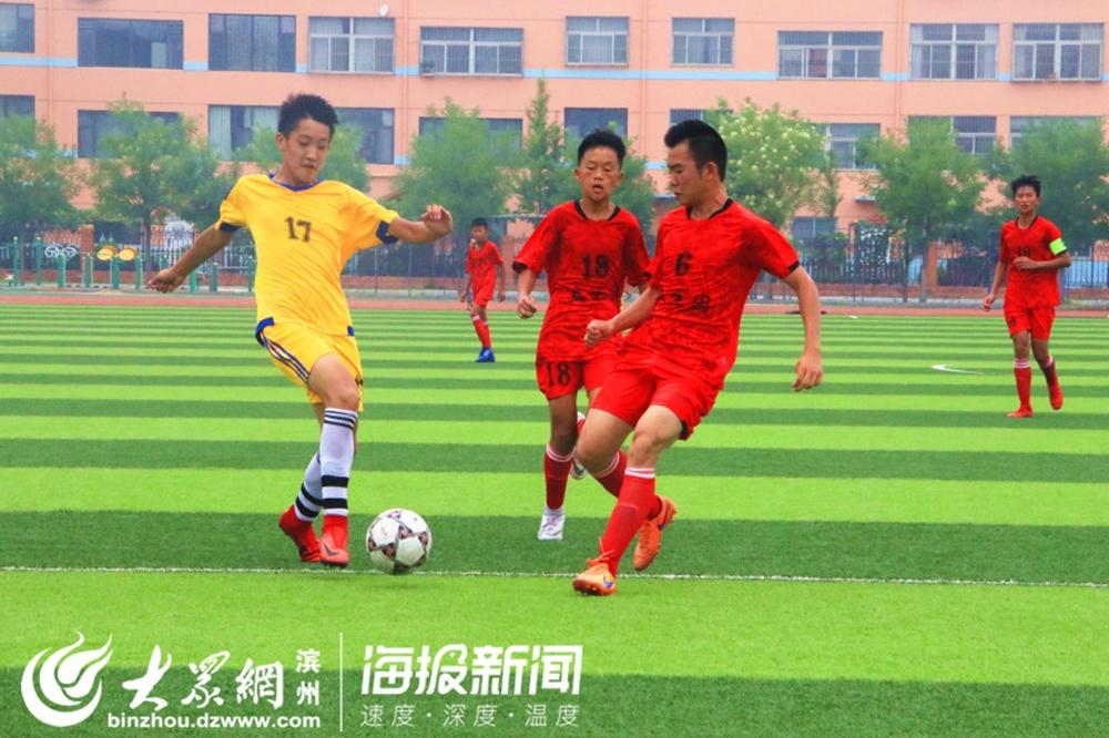 <br/>  邹平代表队足球队17号队员与两名对手在赛场上争抢。<br/>