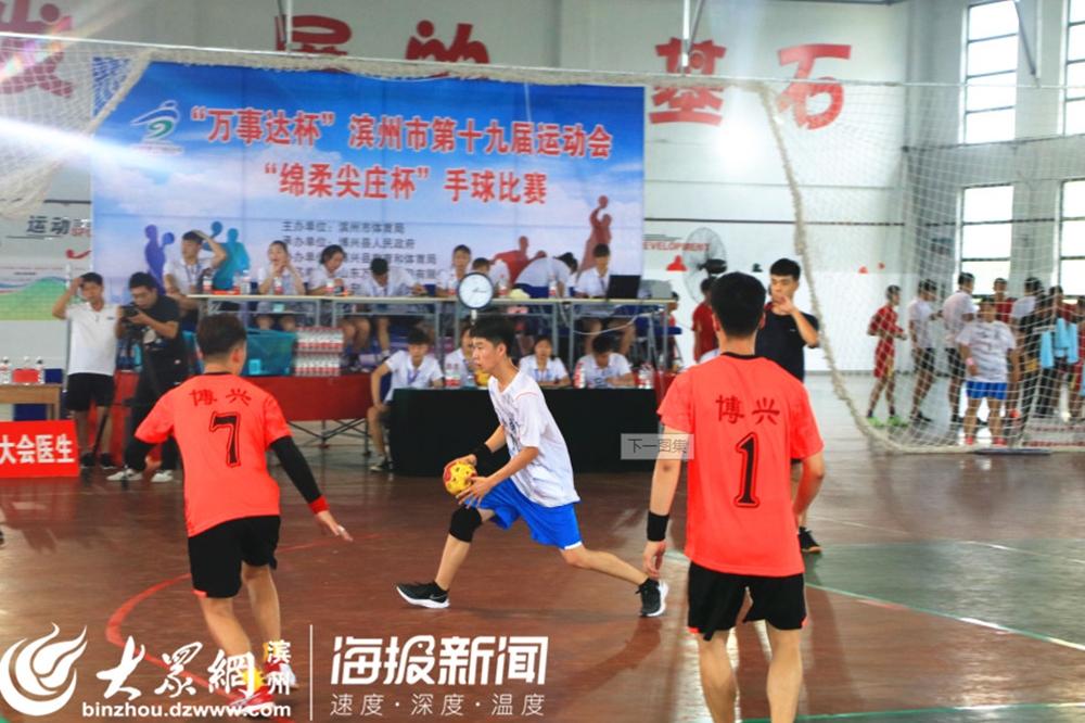 <br/>  惠民代表队手球队10号球员带球射门。