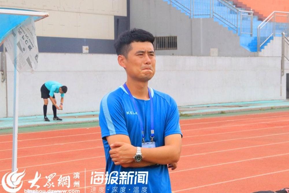 <br/>  博兴代表队足球队主教练在场下紧张看着队员们比赛。<br/>
