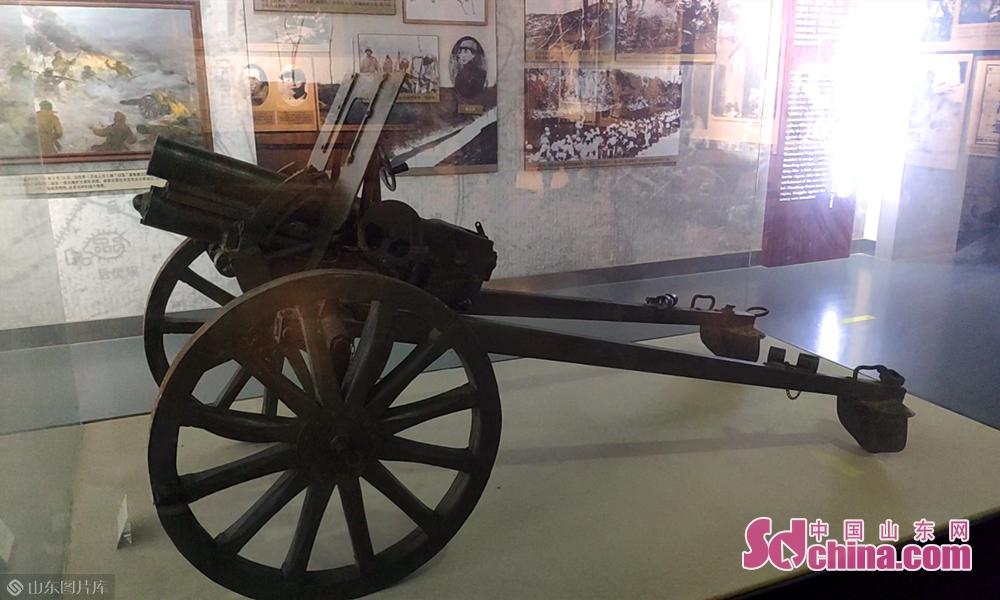 抗战时期使用的迫击炮,炮身短,射角大,弹道弧线高<br/>
