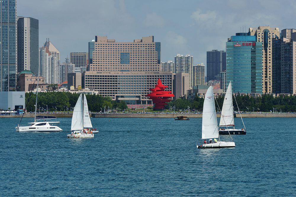 8月9日、観光者は青島国際ヨットウィーク・青島国際海洋祭りでヨットに乗っている。