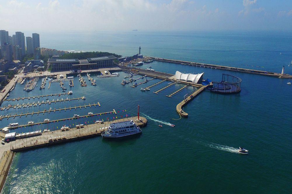 青島国際ヨットウィーク・青島国際海洋祭りの開催地である青島奥帆センターを空撮した。<br/>