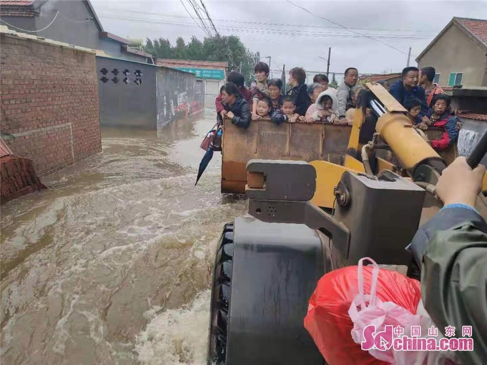 <br/>  8月12日,邹平市长山镇东鲍村100余名群众被困水中,需要紧急转移。淄博红狼应急救援队立即调集13名队员携带2艘冲锋舟赶赴现场救援。目前已成功营救被困群众60余人,救援仍在继续。<br/>