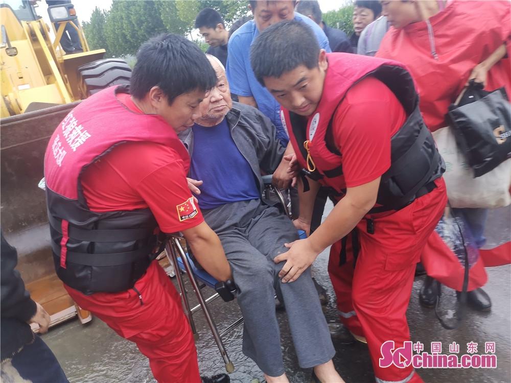 <br/>  8月12日16时43分,淄博红狼应急救援队转战长山县西鲍村,成功救出一名90余岁坐着轮椅老人。<br/>