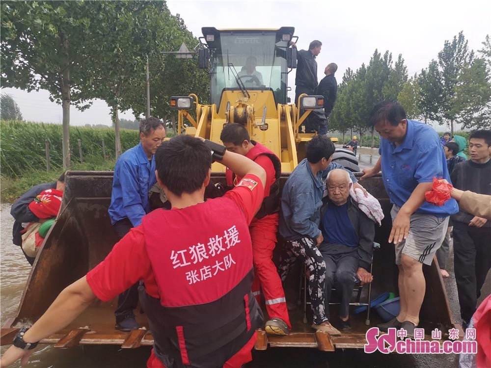 <br/>  淄博红狼应急救援队成功救出一名90余岁坐着轮椅老人。