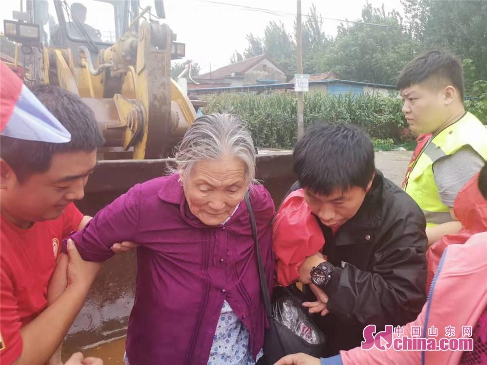 <br/>  淄博红狼应急救援队营救被困群众。<br/>