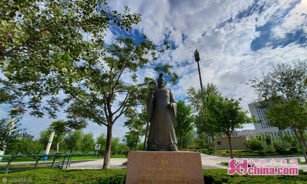8月13日9点05分, 山东菏泽 帝尧纪念碑后的天空分外清澈。<br/>