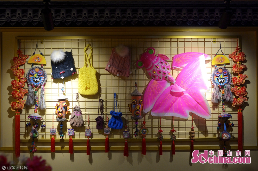 <br/>  2019年8月13日,这是在山东青岛水清沟街道民俗展览馆展示的社区居民手工编制物品。<br/>