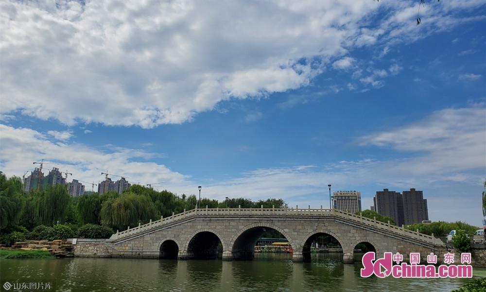 8月13日9点40分, 山东菏泽 万里无云的天空是浅蓝浅蓝的。<br/>
