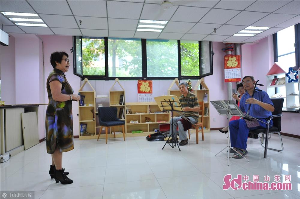 <br/>  2019年8月13日,社区居民在山东青岛水清沟街道民俗展览馆排练京剧。<br/>