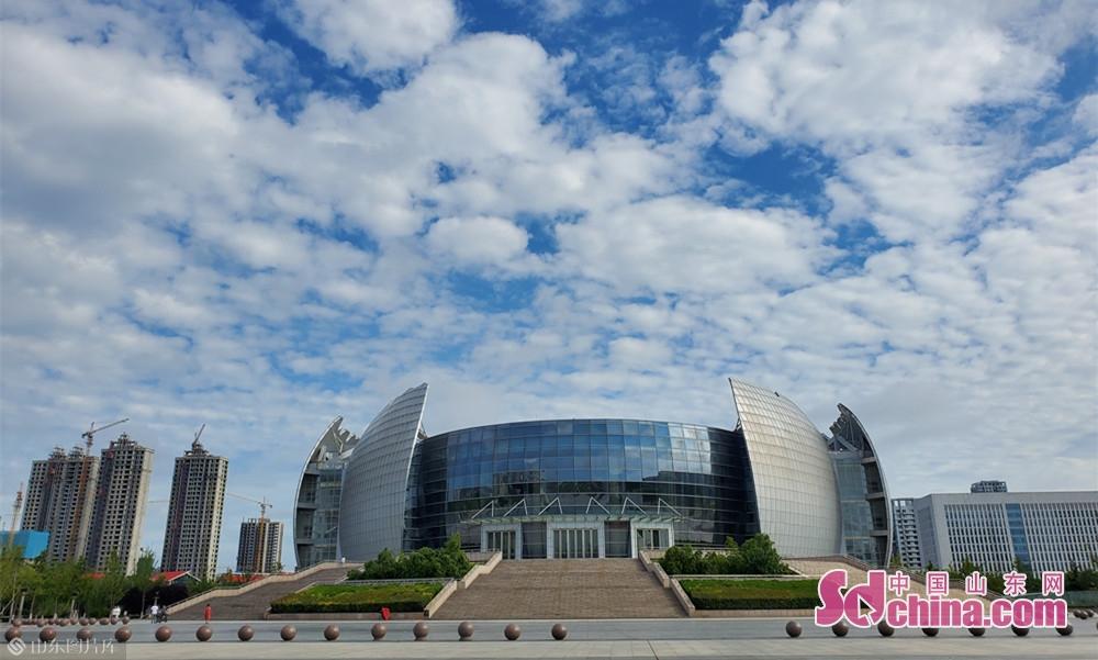 8月13日8点30分,山东菏泽 雨天过后的大剧院。<br/>